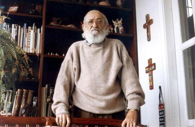 O educador e filósofo Paulo Freire posa para foto durante entrevista em 1993