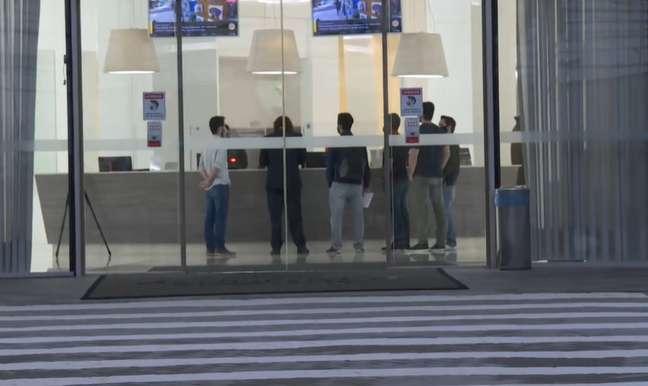 Descaracterizados, policiais cumprem mandados em prédio onde fica o escritório da Precisa