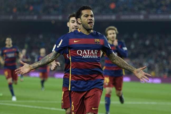 Daniel Alves conquistou 23 títulos em oito anos com a camisa do Barcelona (Foto: LLUIS GENE / AFP)