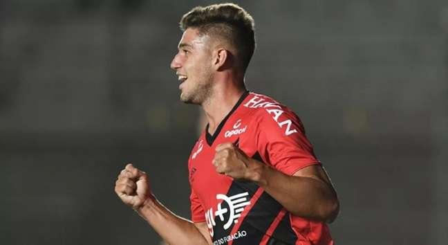 Bissoli comemora. Atacante marcou um dos gols do Furacão na partida (Foto: Divulgação/Athletico-PR)
