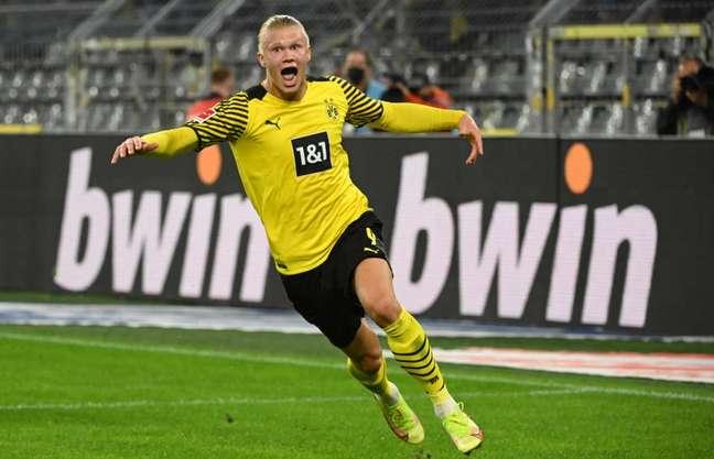 Haaland é o vice-artilheiro da Bundesliga com cinco gols, só dois atrás de Lewandowski (Foto: INA FASSBENDER / AFP)