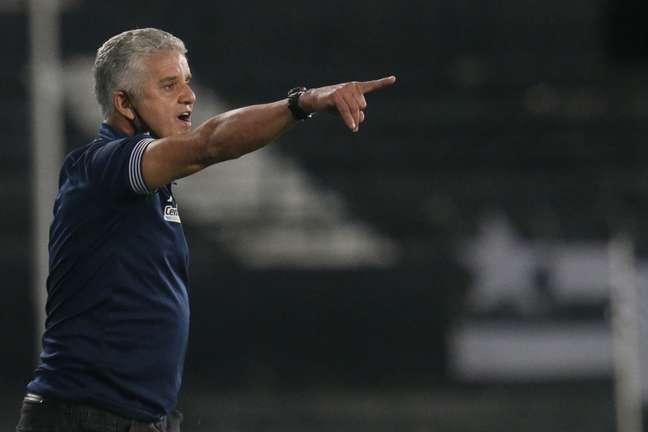 Auxiliar do Botafogo, Luís Fernando Flores, à beira do campo. Ele substituiu Enderson Moreira mais uma vez (Foto: Vítor Silva/Botafogo)