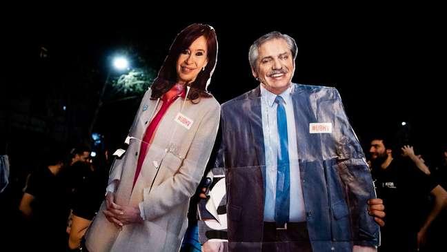 Cartazes com imagens de Cristina Kirchner e Alberto Fernández; vice e presidente estão em queda de braço pública
