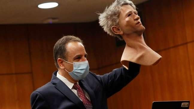 O procurador Habib A. Balian mostra uma máscara usada por Robert Durst quando a polícia o prendeu