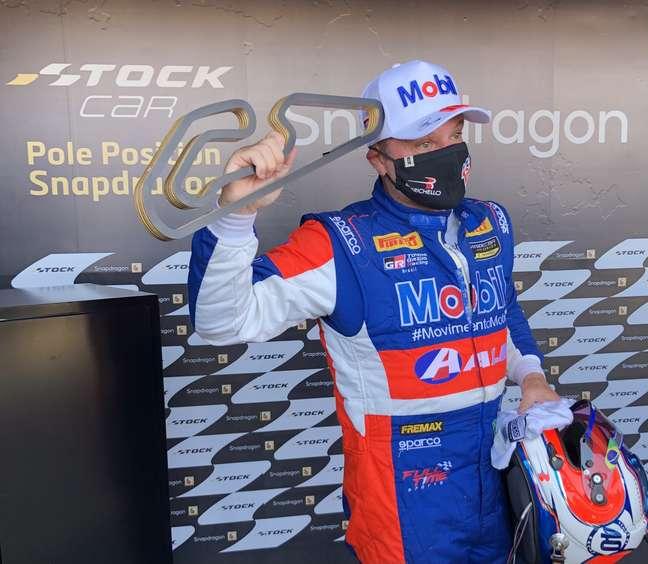 Rubens Barrichello comemora a pole conquistada para a etapa deste sábado em Goiânia