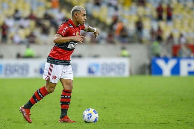 O lateral-direito Matheuzinho em ação pelo Flamengo, contra o Grêmio, no Maracanã (Foto: Marcelo Cortes/CRF)
