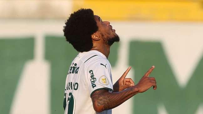 Luiz Adriano comemora após marcar o segundo gol do Palmeiras contra a Chapecoense