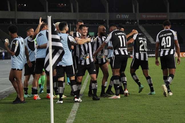 Jogadores do Botafogo comemoram um dos gols da vitória deste sábado