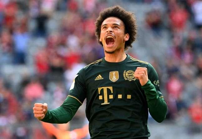 Sané teve grande atuação e marcou lindo gol de falta para o Bayern de Munique (Foto: CHRISTOF STACHE / AFP)