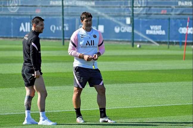Pochettino ao lado de Messi durante o treino do PSG neste sábado