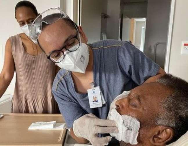 Observado pela filha, Pelé recebe cuidados neste sábado no hospital Albert Einstein