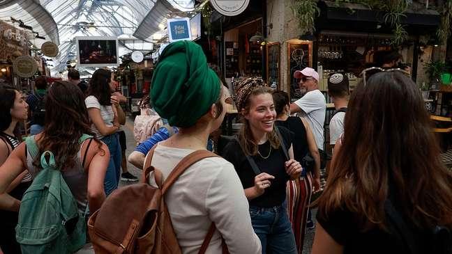 Mercado em Jerusalém em abril; para alguns especialistas, Israel relaxou restrições muito cedo
