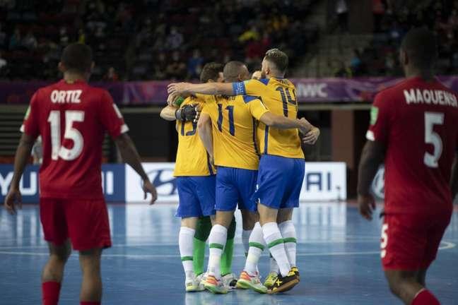 Brasileiros comemoram gol na vitória sobre o Panamá (Foto: Thais Magalhães/CBF)