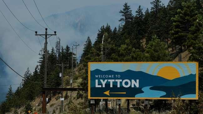Fumaça em Lytton, no oeste do Canadá, no dia seguinte a incêndio que consumiu quase toda a cidade, em 30 de junho de 2021