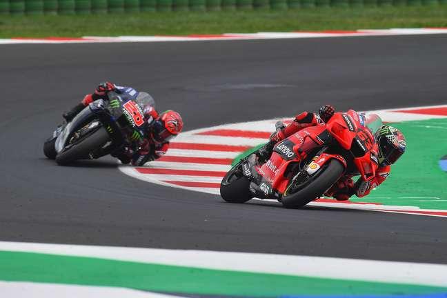 Francesco Bagnaia e Fabio Quartararo nas voltas finais em Misano