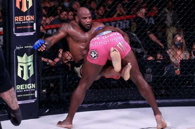 Davis venceu a luta principal por decisão dividida contra Romero (Foto: Divulgação/Bellator))