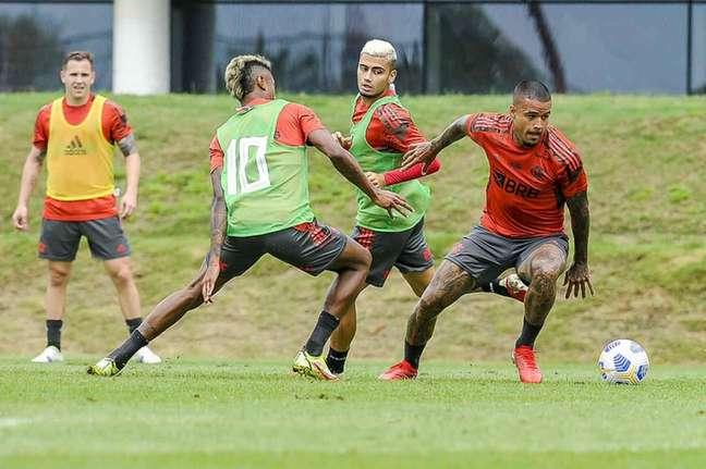 O atacante Kenedy, sem colete, em ação no Ninho do Urubu (Foto: Marcelo Cortes/Flamengo)