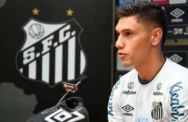 Velázquez demorou para estrear, pois já chegou suspenso, mas foi bem contra o Ceará (Divulgação/Santos FC)