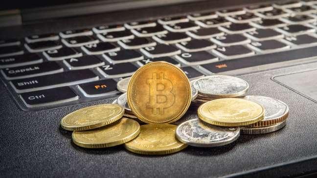 Por ser uma forma nova de dinheiro que transcende fronteiras, o bitcoin também gera polêmica