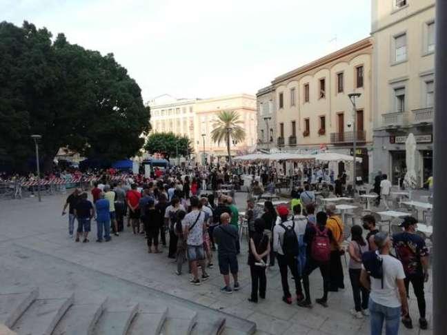 Fila para vacinação anti-Covid em piazza de Cagliari