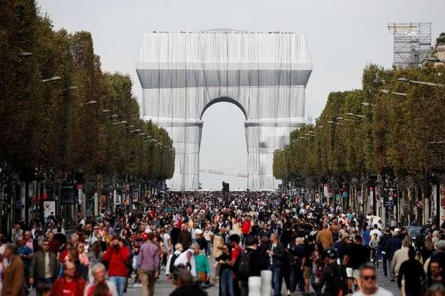 Pessoas caminham perto do Arco do Triunfo em Paris em dia sem carros na capital francesa 19/09/2021  REUTERS/Benoit Tessier