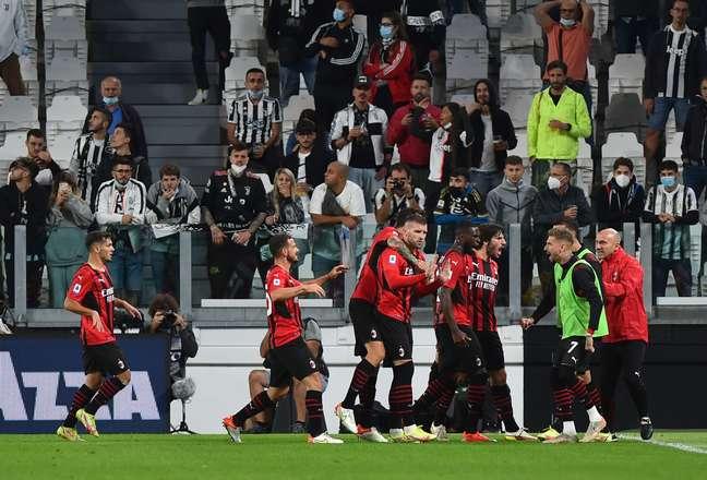 Jogadores do Milan comemoram gol de empate contra a Juventus, marcado por Ante Rebic
