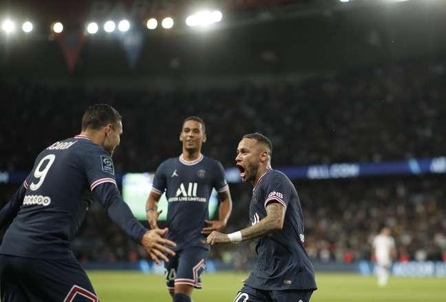 Icardi comemora com Neymar após marcar o gol da vitória do PSG
