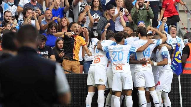 Jogadores do Olympique comemoram gol na vitória sobre o Rennes em Marselha