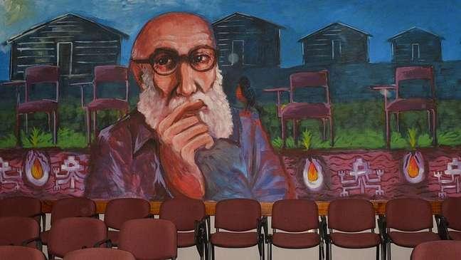 Um mural retratando o pedagogo pernambucano na Universidade do Bío-Bío, no Chile