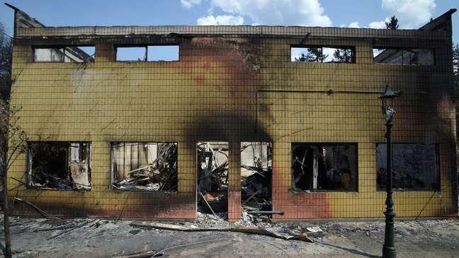 Destroços do incêndio em Lytton, uma comunidade pequena e descrita como próxima e hospitaleira