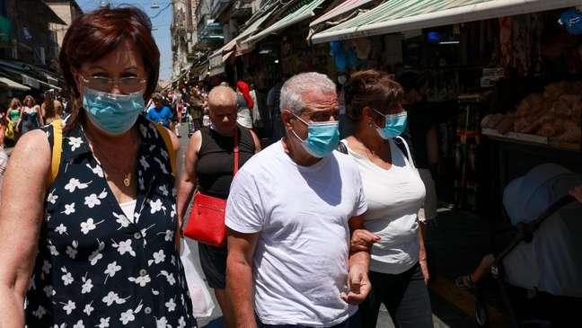 Autoridades em Israel reintroduziram medidas, como uso de máscaras e restrição a aglomerações