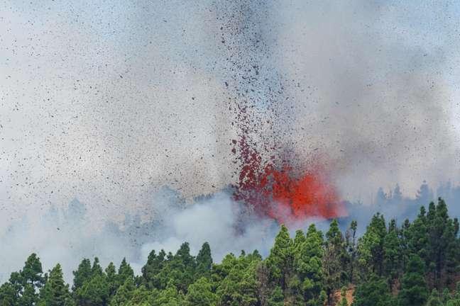 Lava e fumaça são vistas após a erupção de um vulcão na Espanha