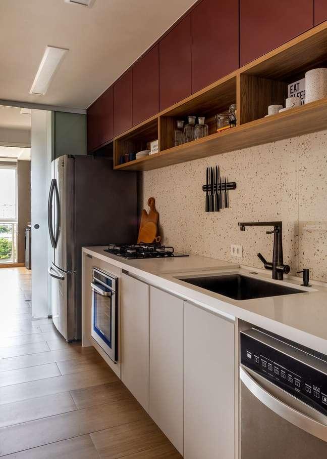 7. Armários feitos sob medida otimizam o espaço da cozinha. Foto: André Nazareth