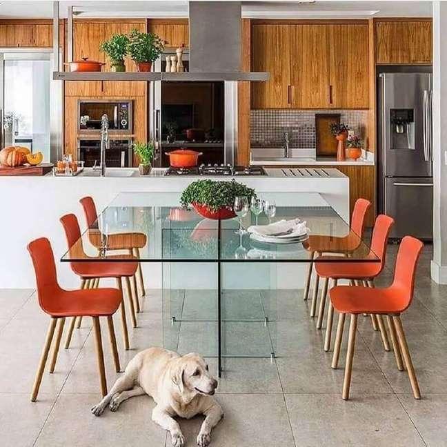 54. Mesa de vidro integrada a bancada para decoração de sala de jantar com cozinha americana integrada – Foto: Mandril Arquitetura
