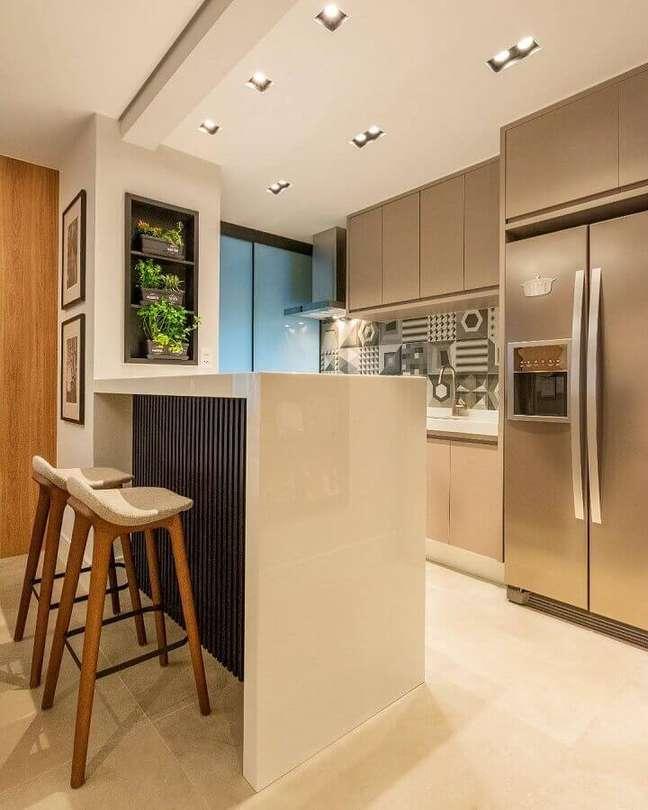 33. Decoração em cores neutras para sala e cozinha americana pequena – Foto: Marina Dal Molin Interiores
