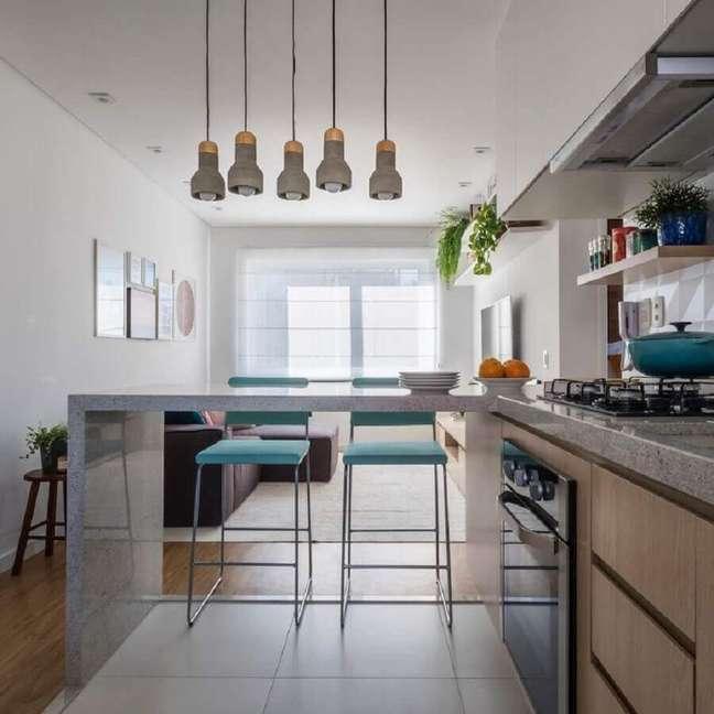 12. Banqueta azul para decoração de sala e cozinha americana integradas – Foto: SP Estúdio Arquitetura