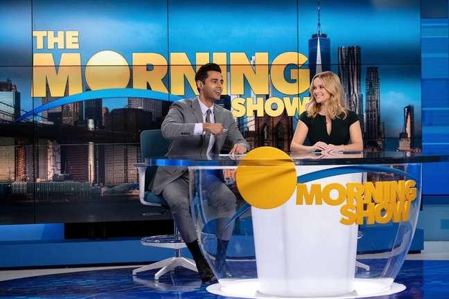 Hasan Minhaj e Reese Witherspoon em cena de 'The Morning Show'
