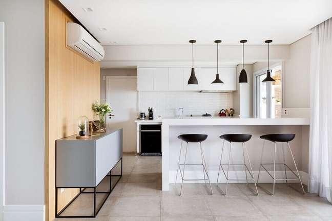 38. Decoração moderna em cores claras com luminária pendente preta para sala e cozinha americana – Foto: GF Projetos