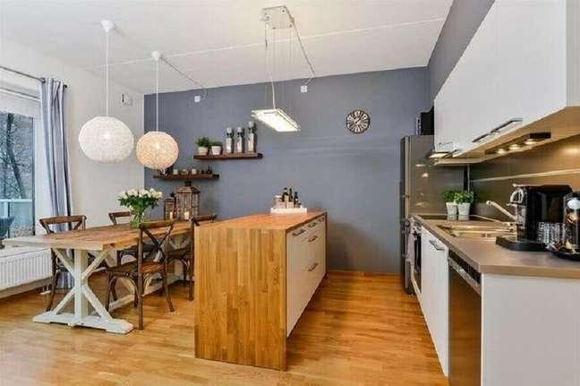 7. Decoração simples para cozinha americana integrada com sala de jantar – Foto: Decor Fácil