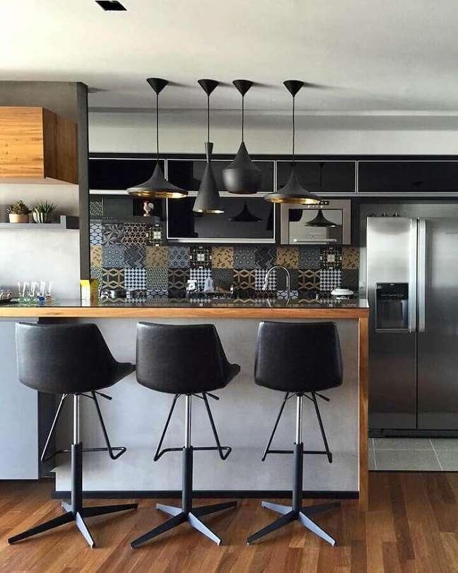 15. Banqueta preta para bancada de madeira para decoração de sala e cozinha americana – Foto: Semiramis Alice