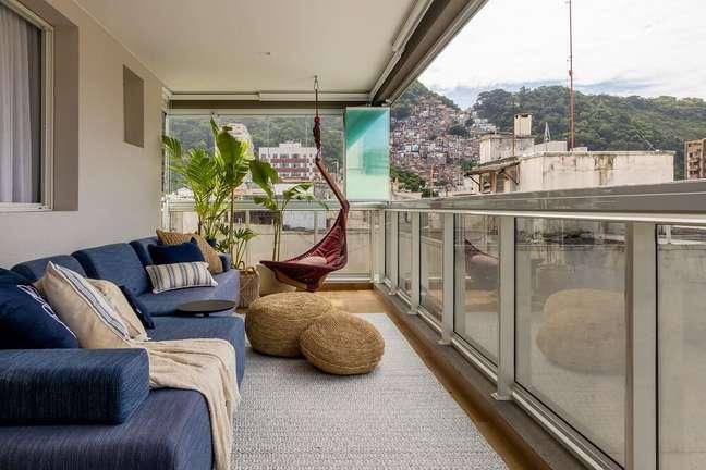 9. Na varanda o sofá azul e a cadeira de balanço trazem o conforto para moradores e visitantes apreciarem a vista. Foto: André Nazareth