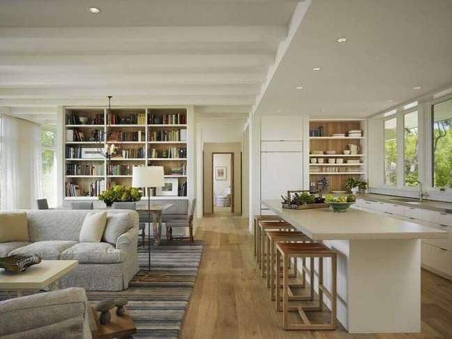 6. Banqueta de madeira para decoração de casa com sala e cozinha americana integradas – Foto: The Local Project