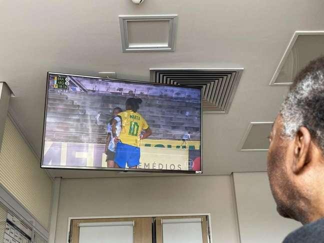 Pelé acompanha amistoso da Seleção Brasileira feminina mesmo internado no hospital (Foto: Reprodução / Instagram)