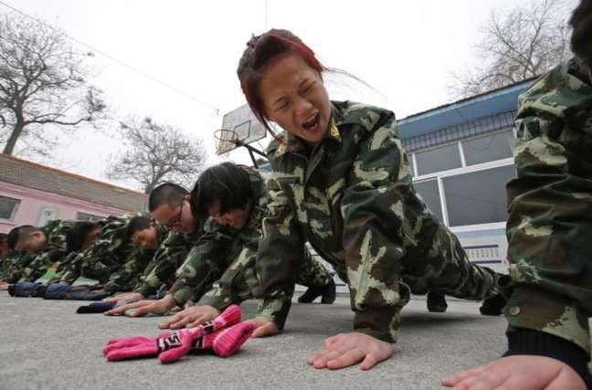 Jovens passam por treinamento em centro de reabilitação para viciados em internet e games em Pequim, em foto de 2014