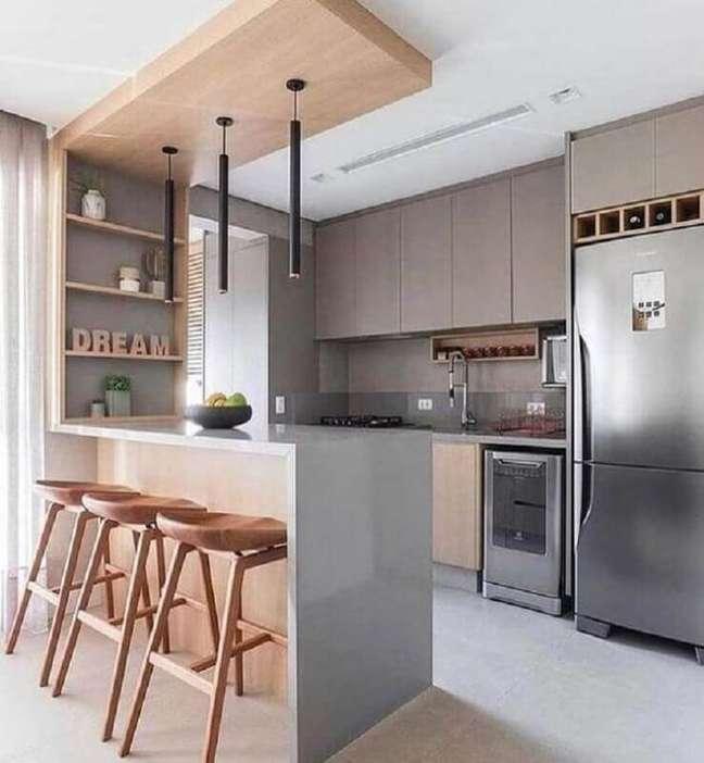 39. Decoração moderna em cores neutras para sala e cozinha americana integradas com banqueta de madeira – Foto: Decor Fácil
