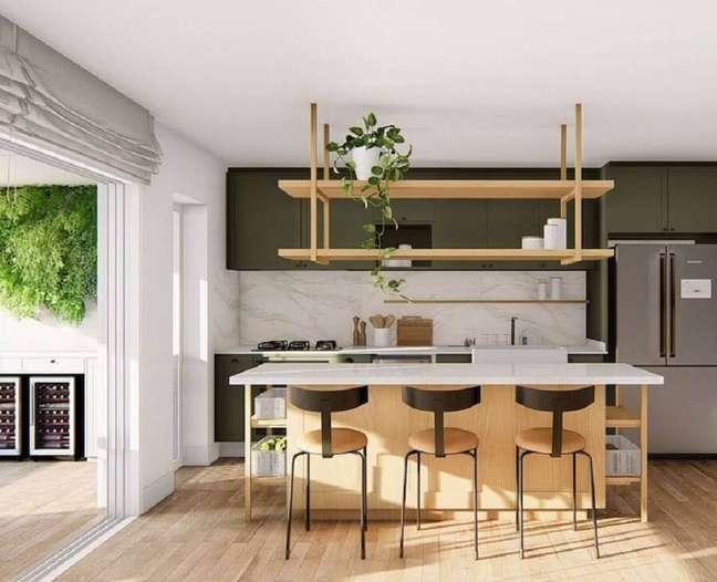 3. Decoração de sala e cozinha americana com ilha de madeira e armários verdes – Foto: Doma Arquitetura