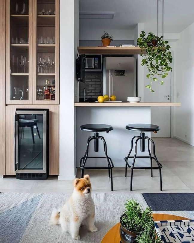 4. Cristaleira planejada para decoração de sala e cozinha americana pequena – Foto: SP Estúdio Arquitetura