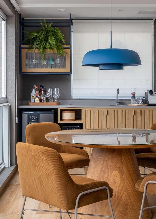 11. O lustre para mesa de jantar azul se destaca na decoração. Foto: André Nazareth