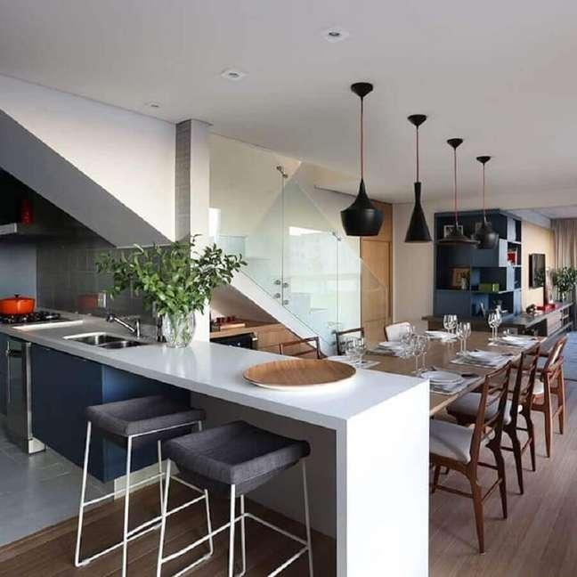 50. Luminária preta para decoração de sala e cozinha americana com mesa integrada a bancada – Foto: Mandril Arquitetura e Design