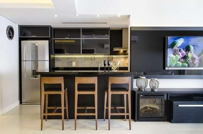 42. Decoração preto e branco para sala e cozinha americana integradas – Foto: Favorita Movdecor Favorita